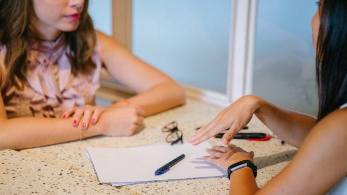 two-woman-chatting-1311518-696x392.jpg