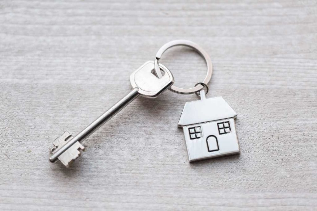 business ideas in real estate- keychain with key and house